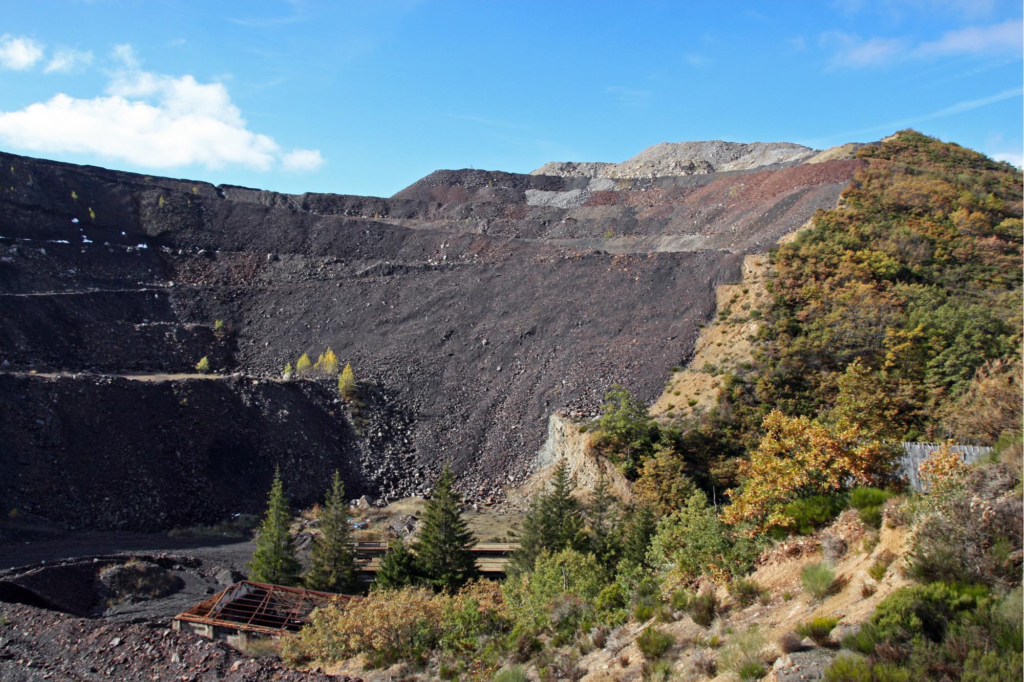 Mina de carvão velha e abandonada
