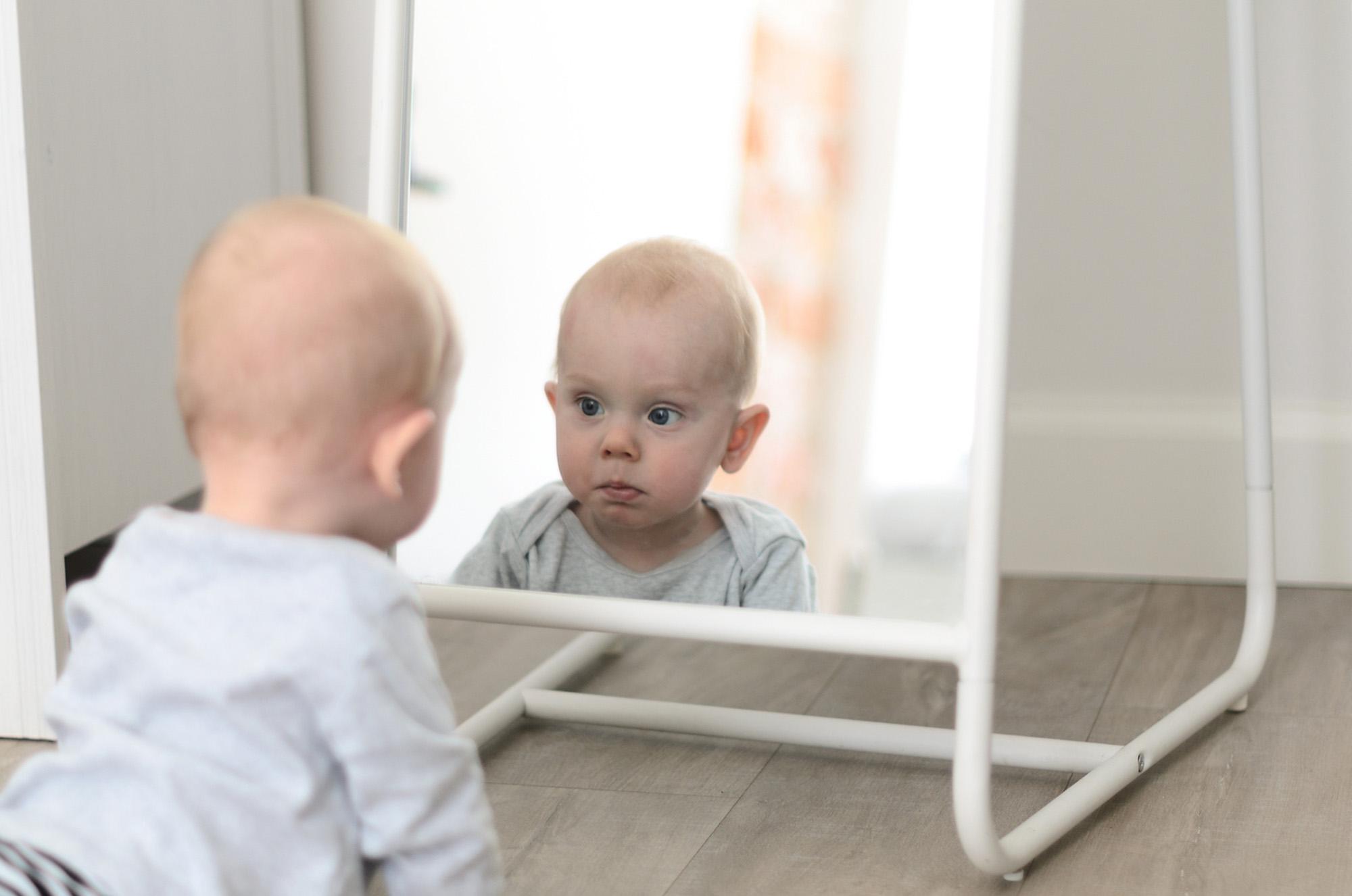 Fun cute baby seeing self in mirror-72 ppi