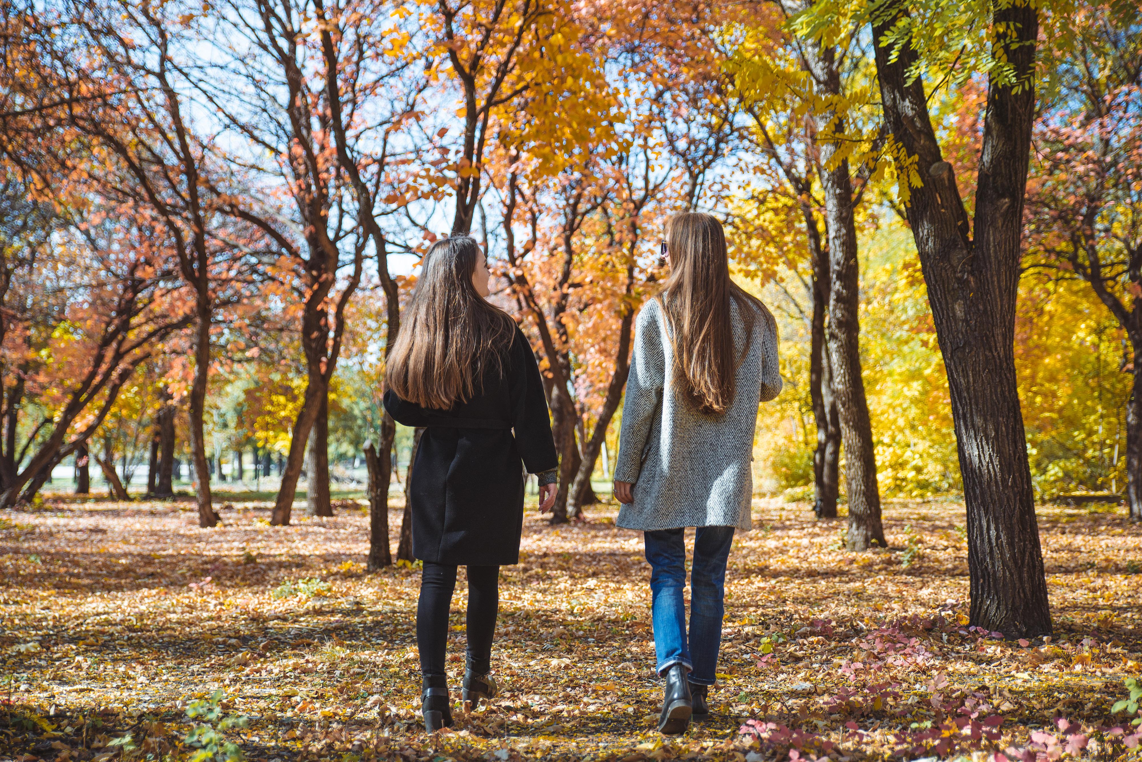 duas namoradas andando no outono - editado