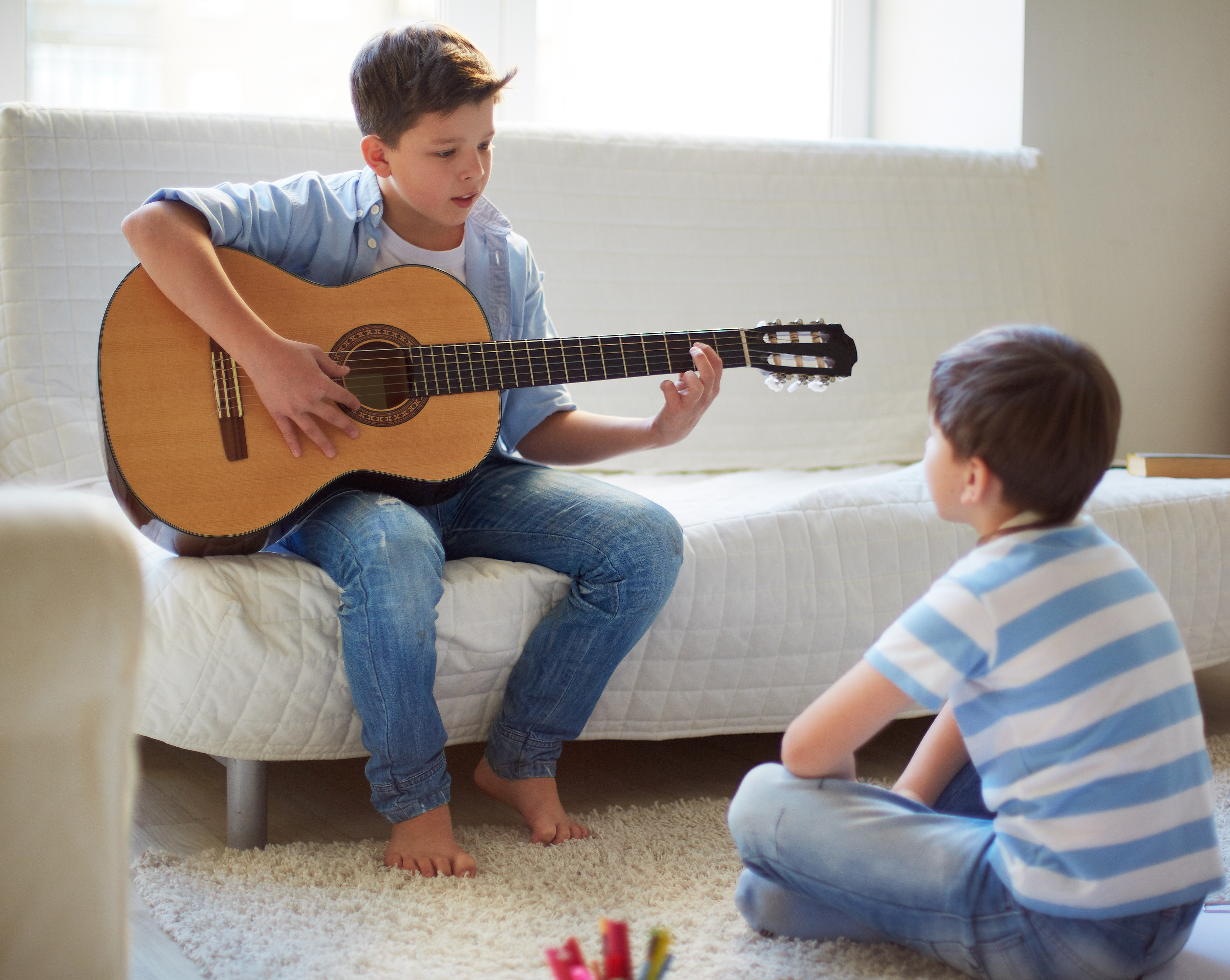 garoto bonito tocando guitarra1-editado
