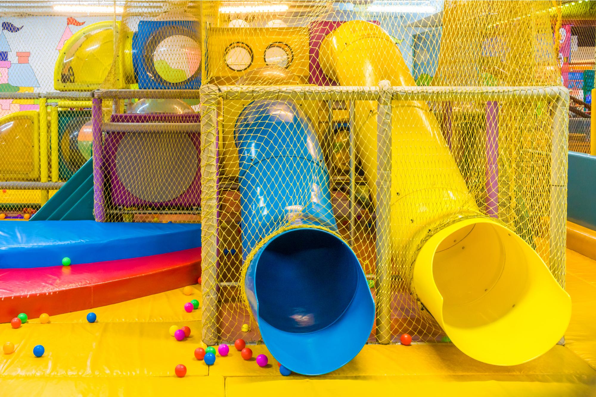 Playground no parque de diversões interno para crianças