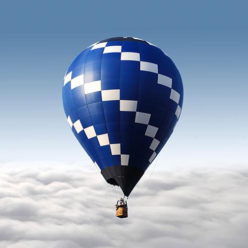 منطاد الهواء الساخن يطير فوق السحب