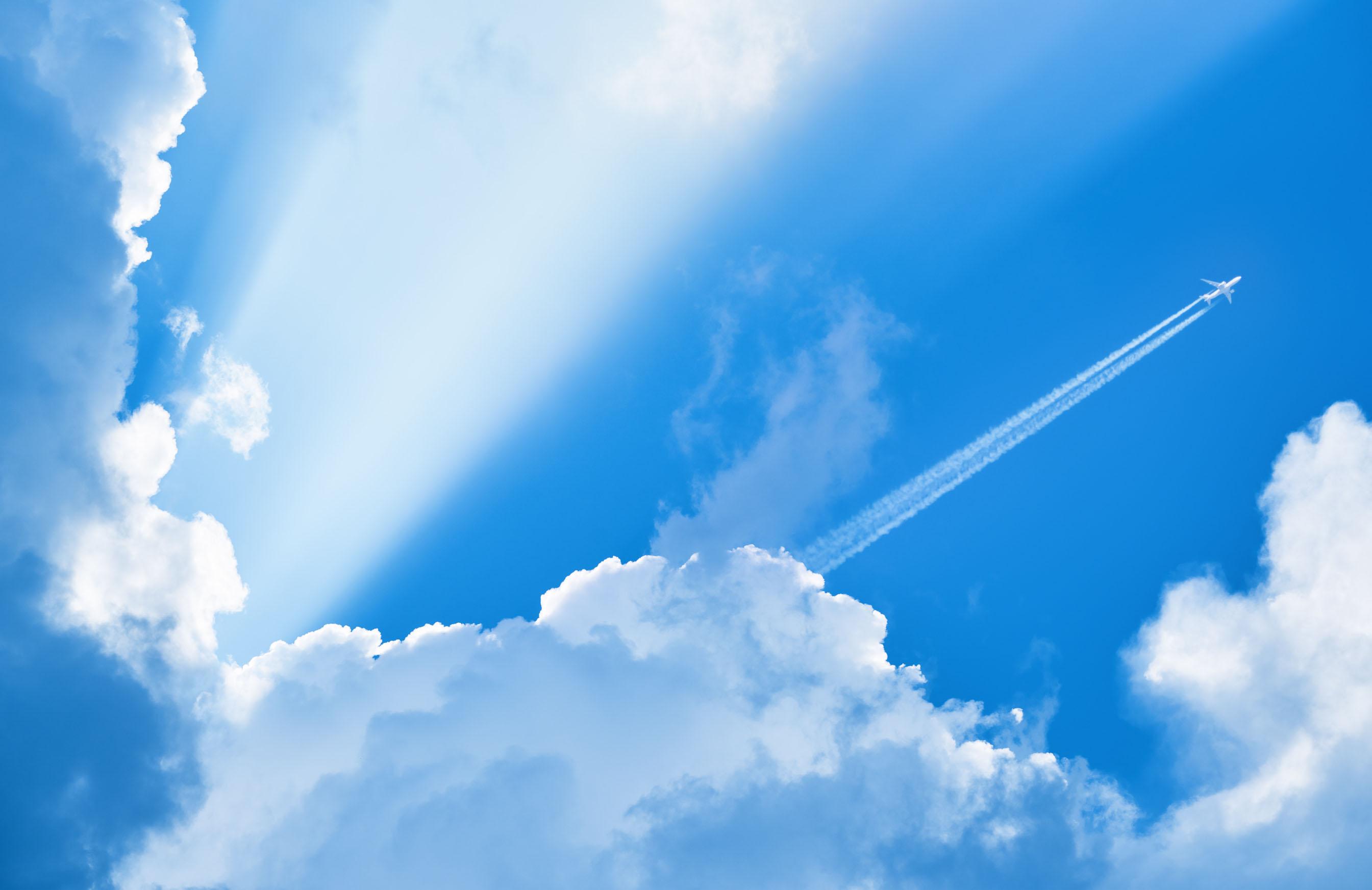Avião voando no céu azul1-editado