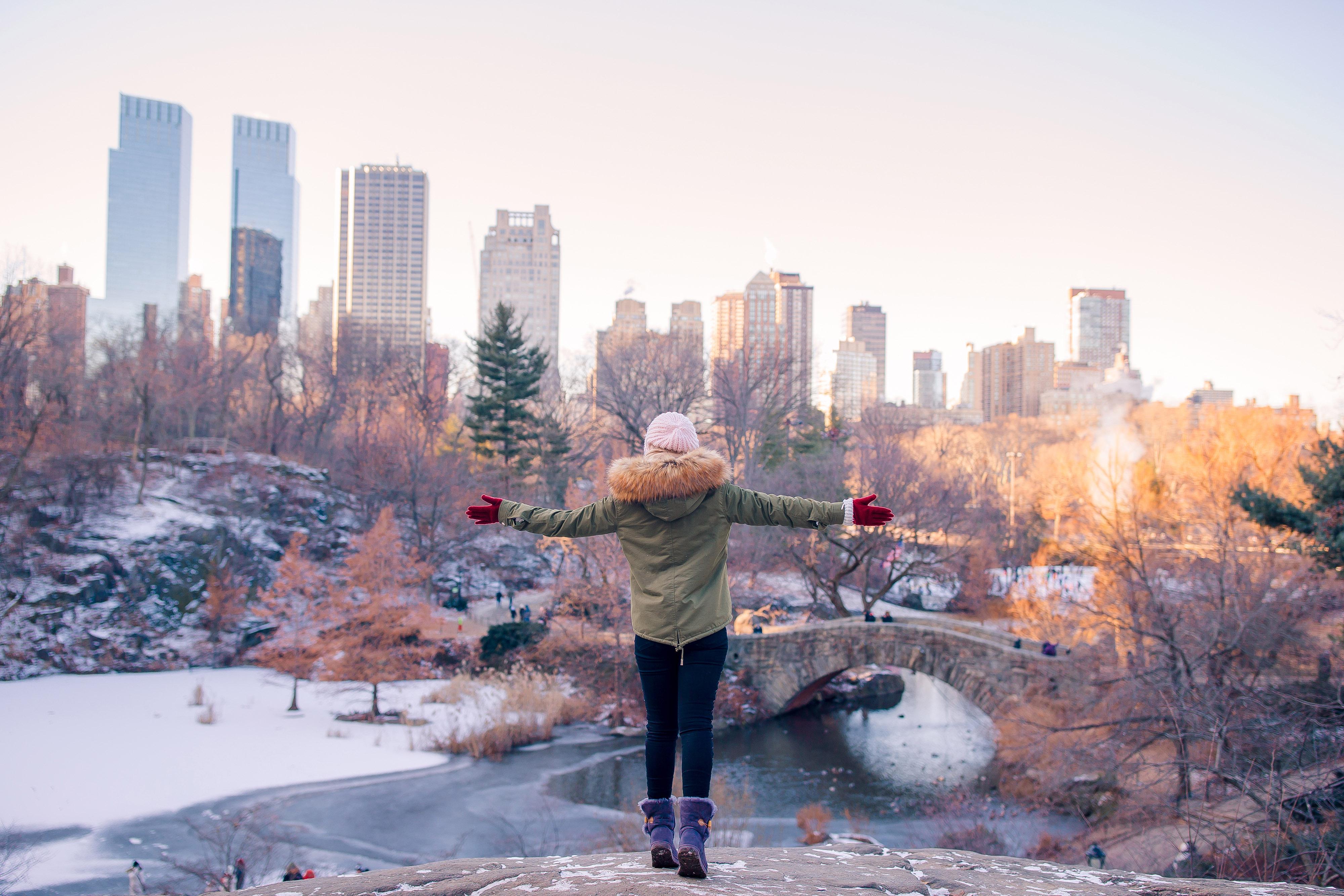 Vista traseira de uma mulher apreciando a vista de uma pista de gelo 1 - editado