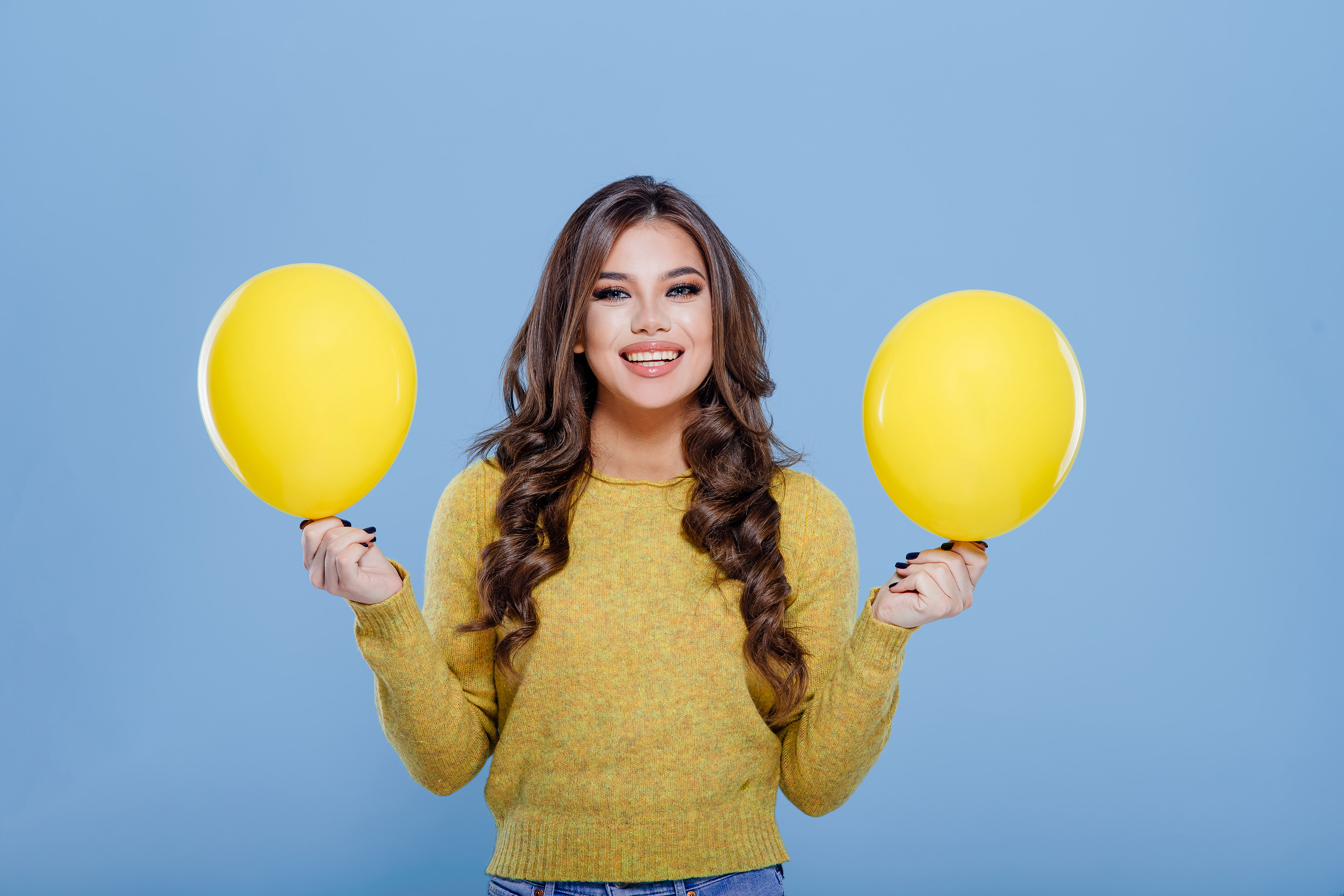 adolescente elegante segurando dois balões amarelos-editado