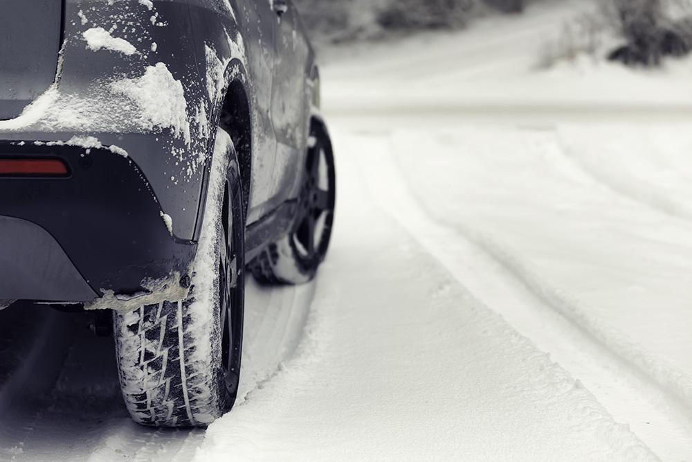 Une voiture sur une route glacée