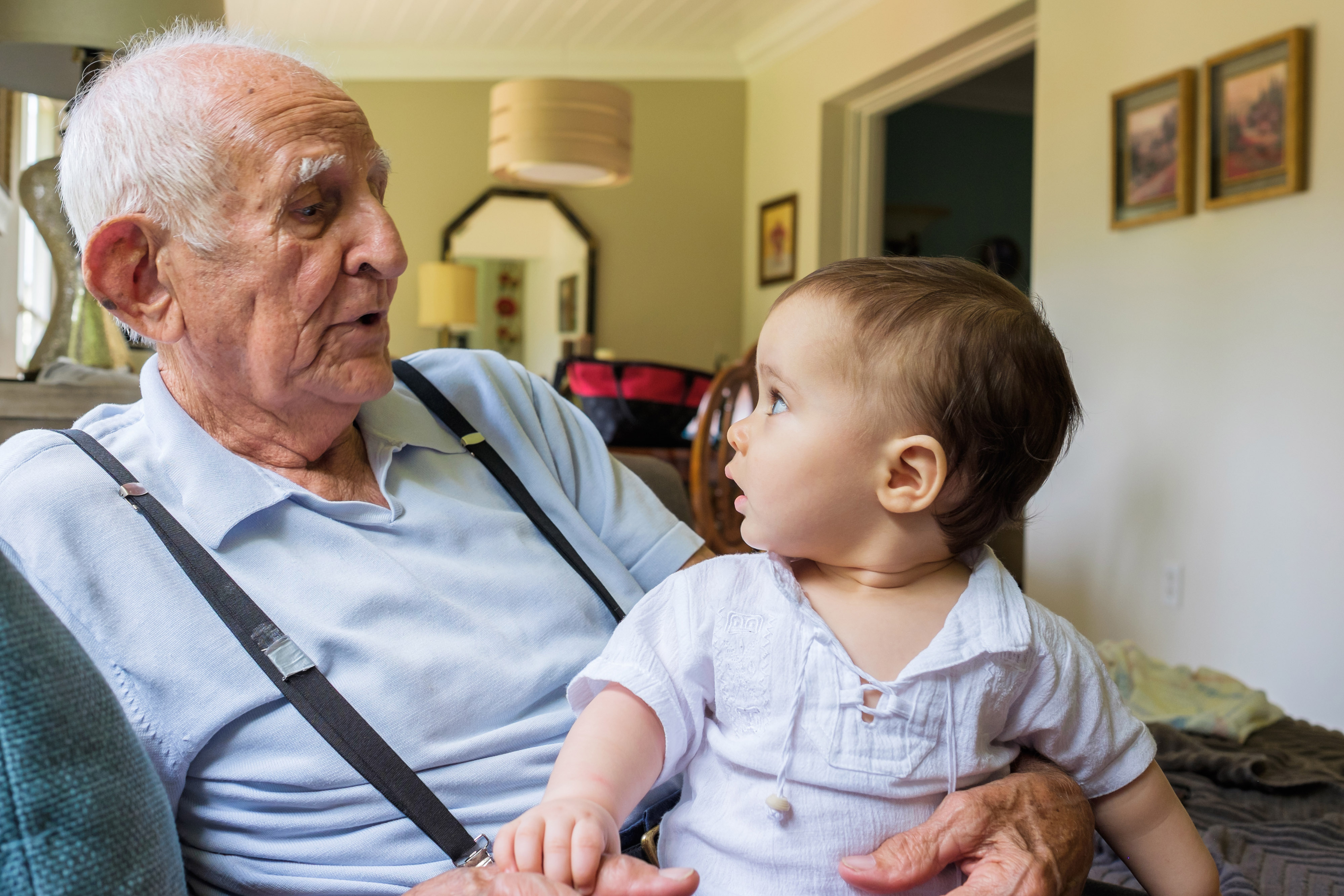 Menino bonito com bisavô-editado