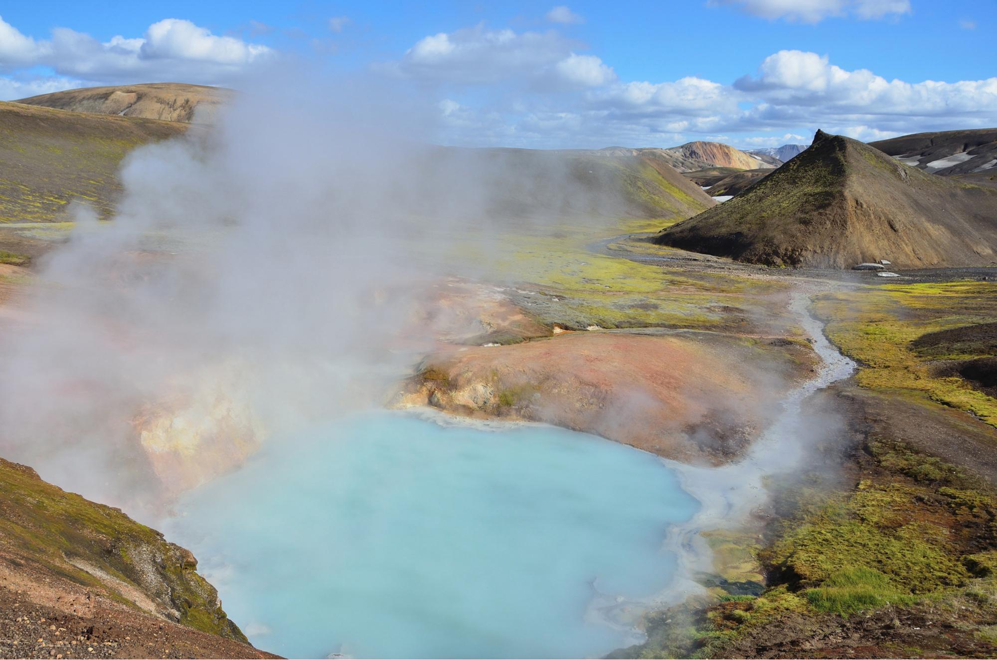Uma fonte termal geotérmica encontrada na Islândia