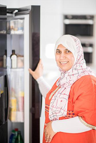 Femme arabe musulmane traditionnelle dans la cuisine