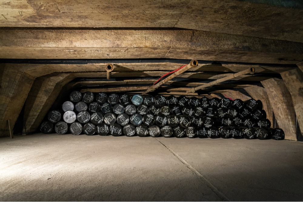 Barils de déchets radioactifs dans dépôt souterrain
