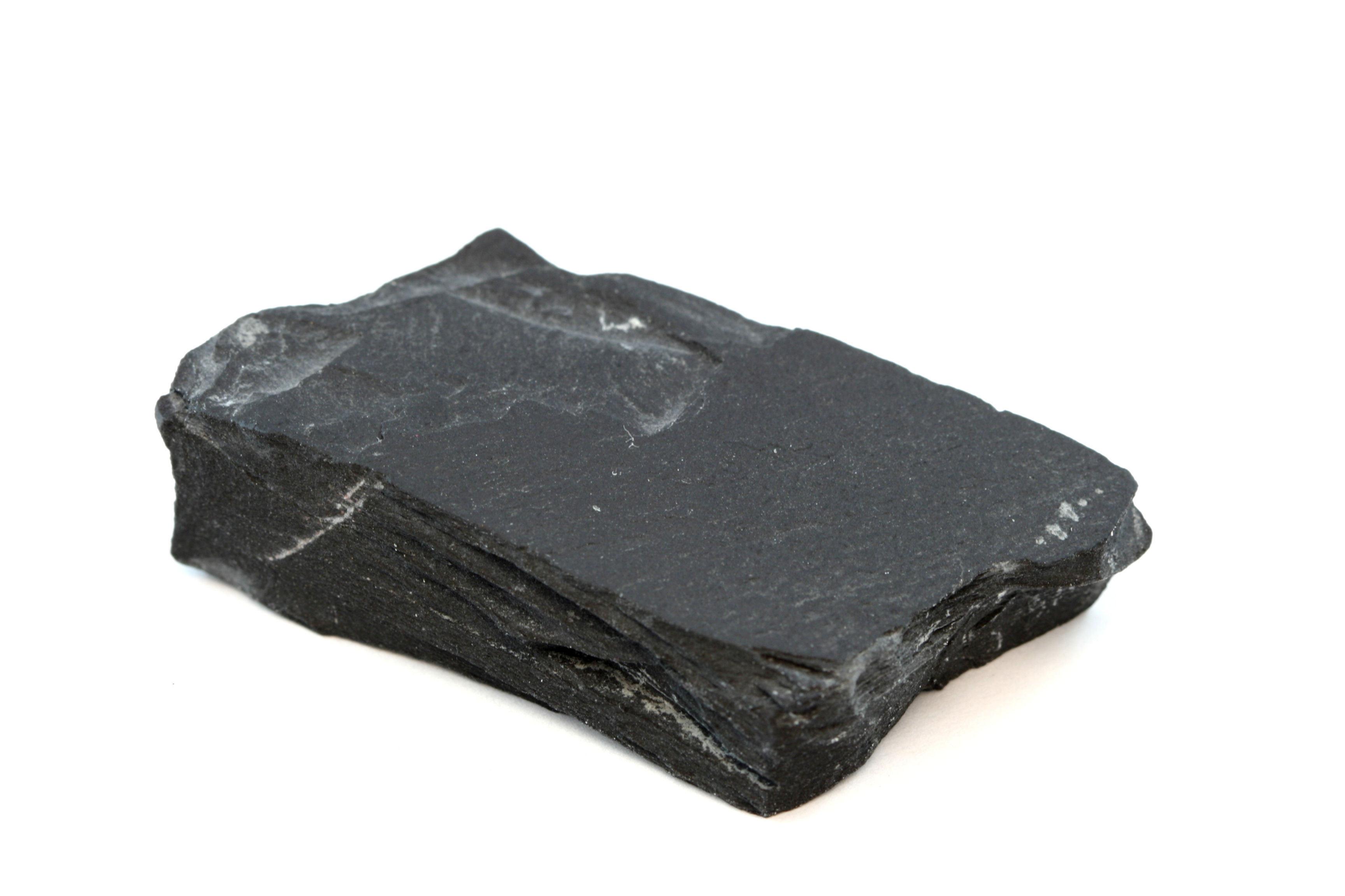 Amostra isolada de uma rocha de ardósia preta