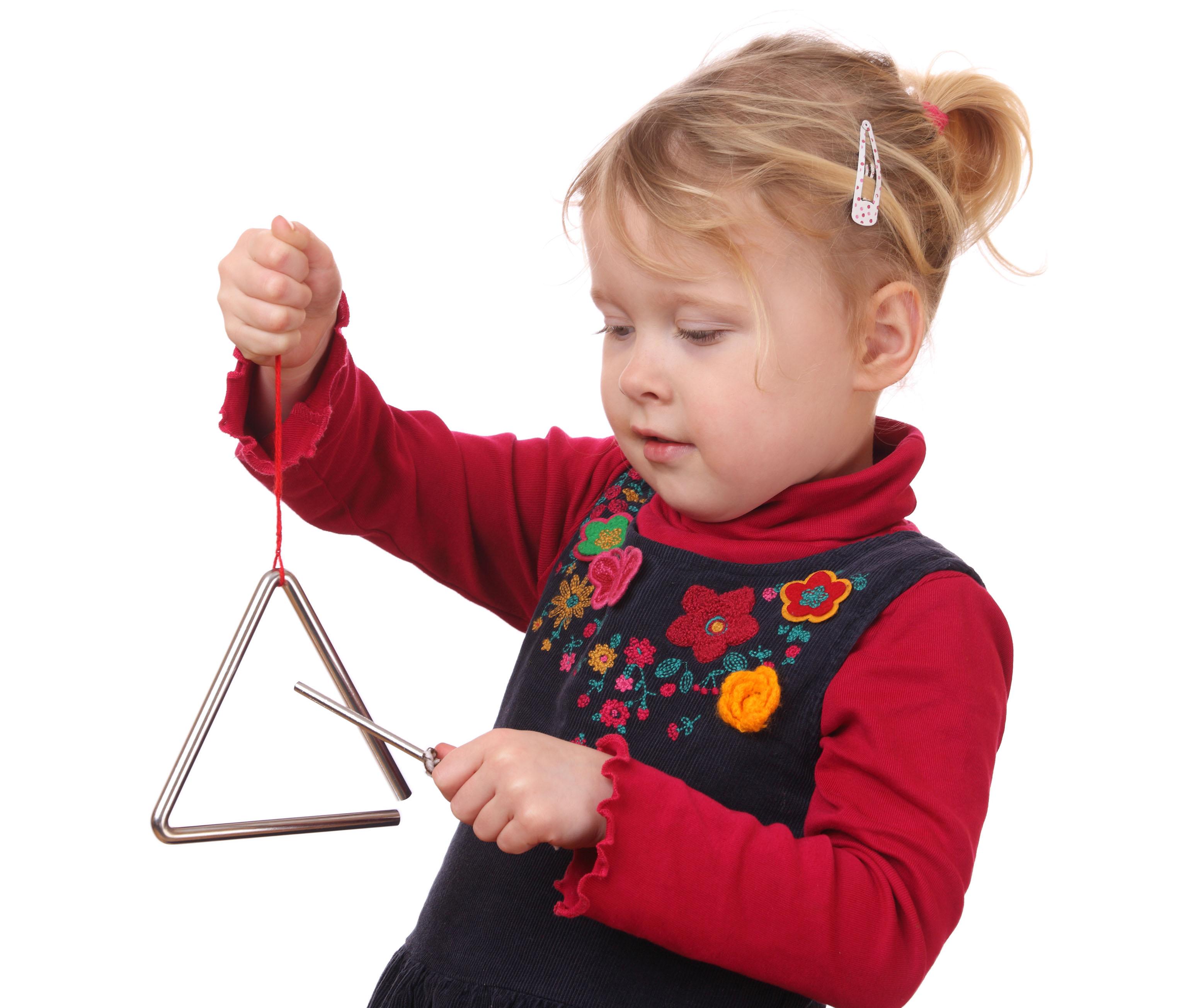 Menina tocando o instrumento triângulo1-editado