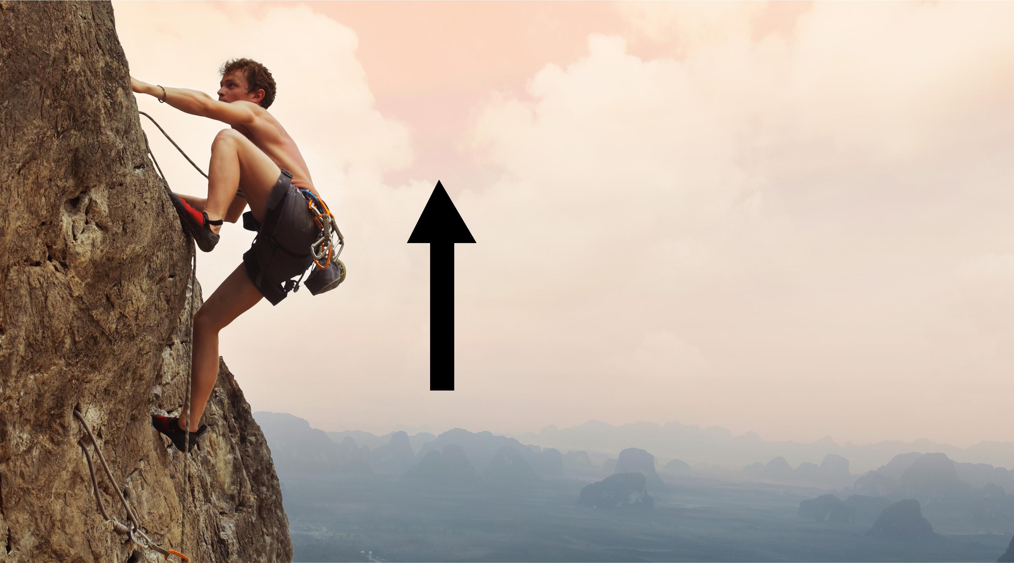 Hombre escalando una montaña