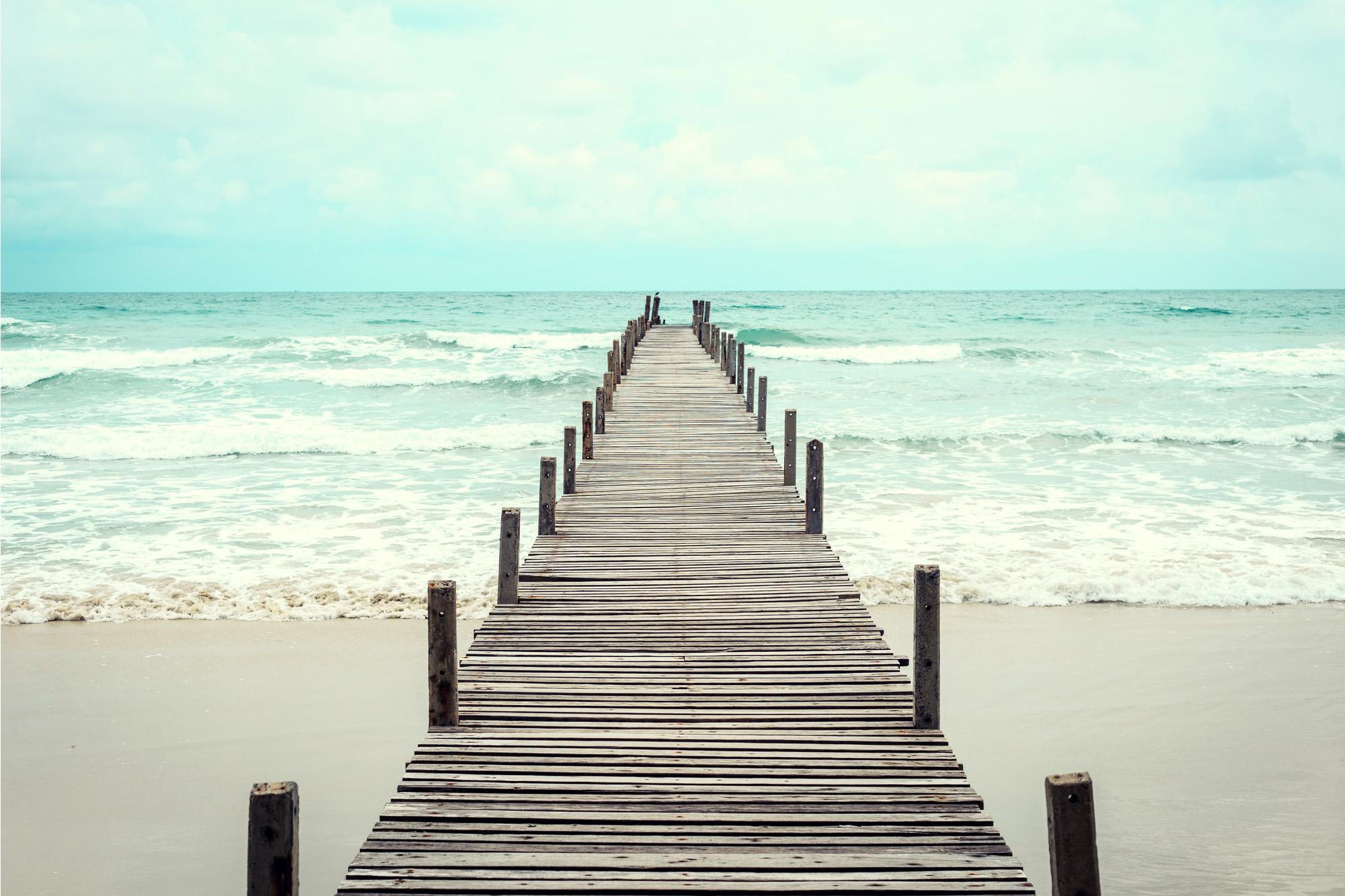 Ponte de madeira sobre o mar
