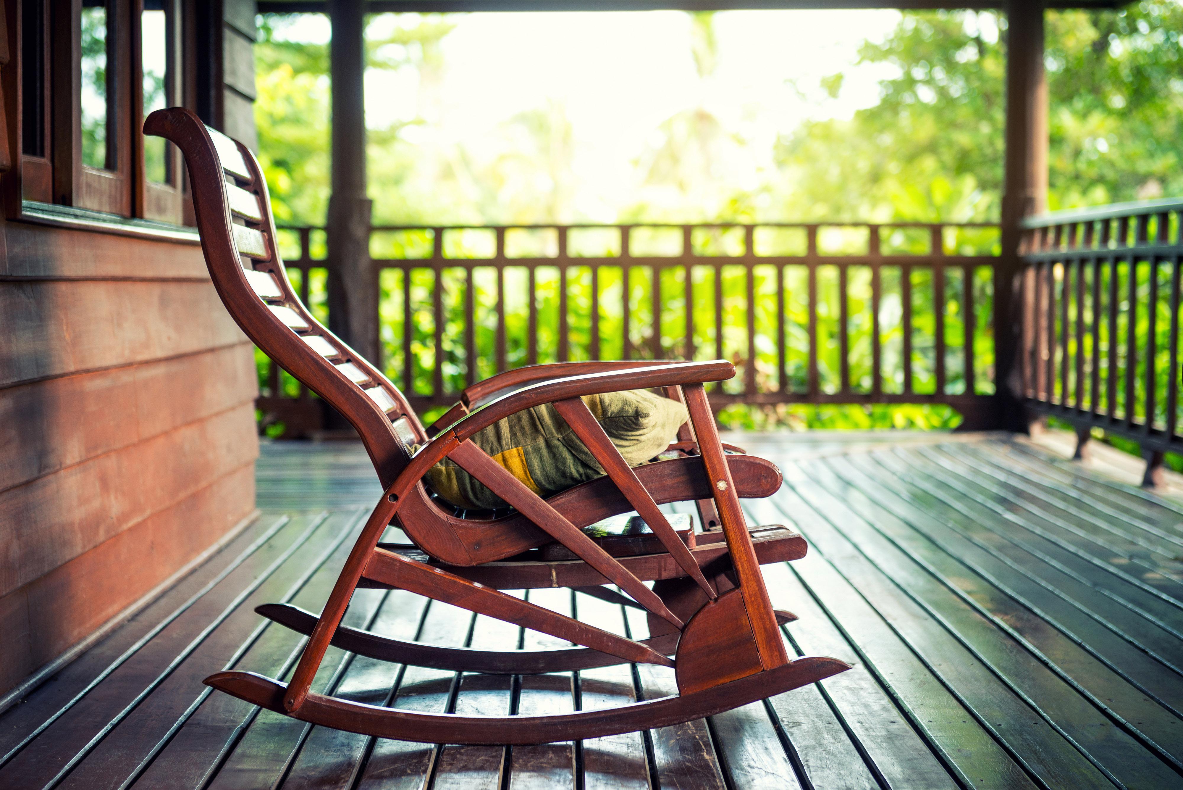 Cadeira de balanço de madeira-editado
